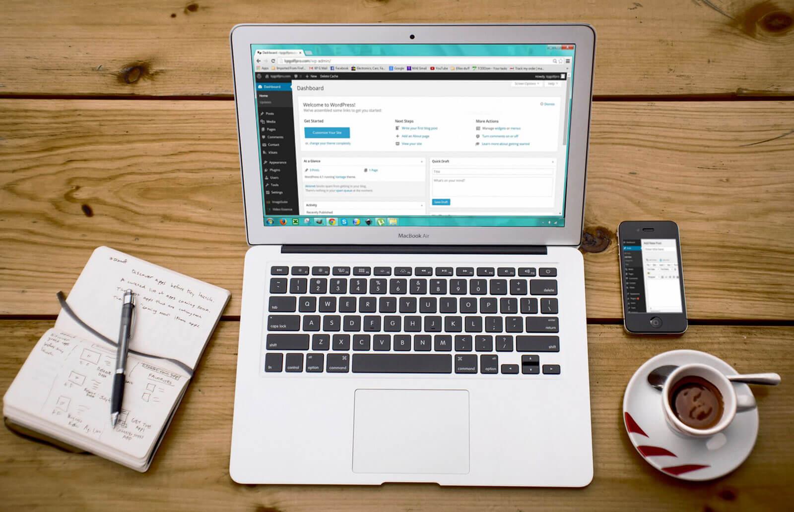 MacBook Air na biurku