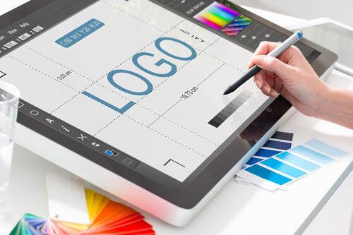 osoba projektująca logotyp na tablecie