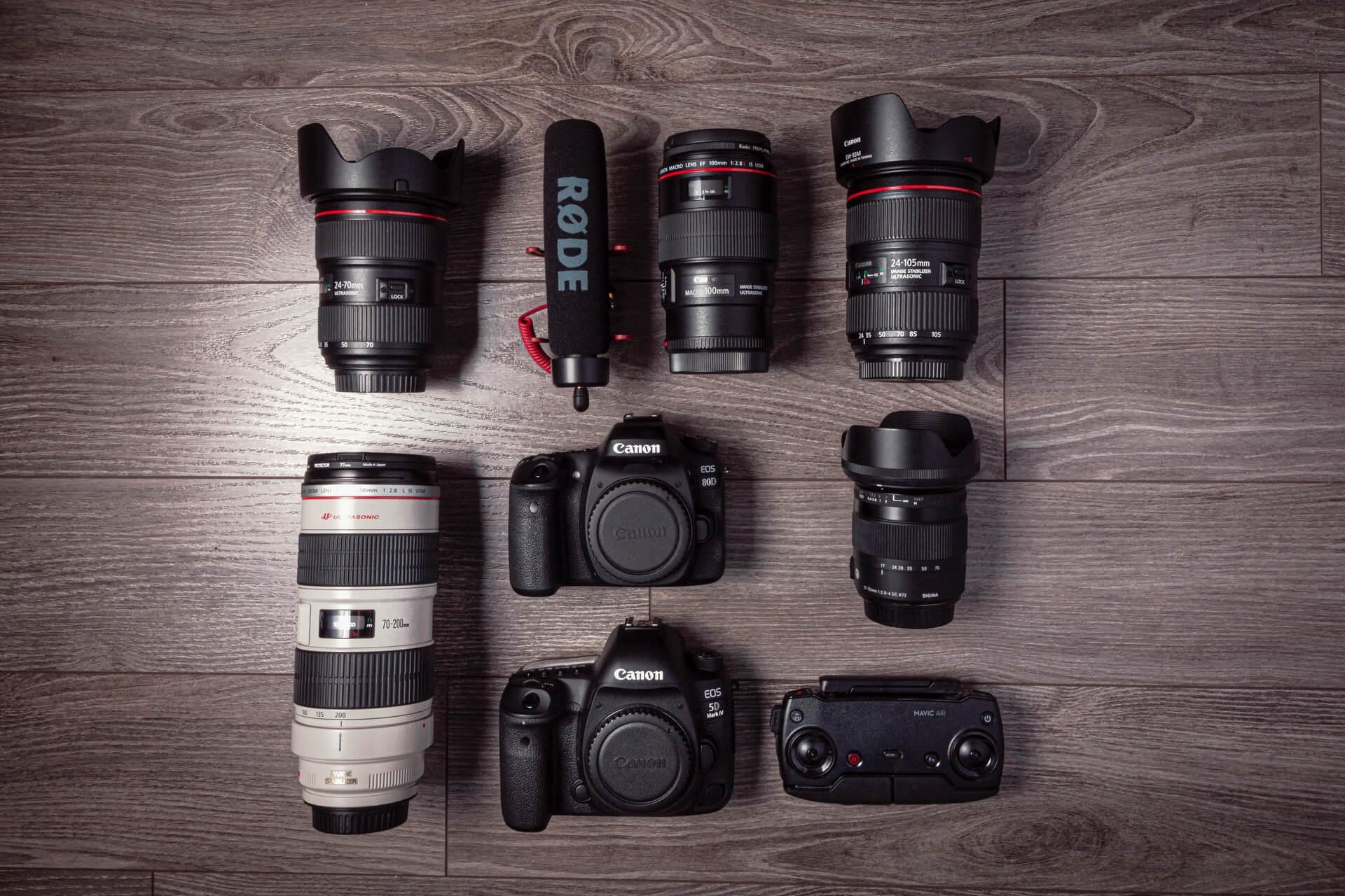 Sprzęt fotograficzny na podłodze